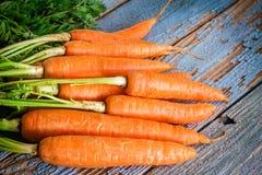 Groupe frais de carottes sur le fond en bois photos libres de droits