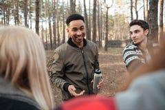 Groupe gai d'amis dehors dans la forêt Photo libre de droits