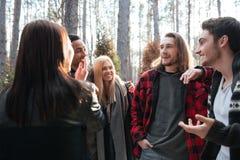 Groupe gai d'amis se tenant dehors dans la forêt Photo libre de droits