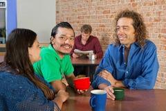 Groupe gai en café Image libre de droits