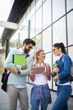Groupe heureux d'étudiants étudiant et apprenant ensemble dans l'université photographie stock libre de droits