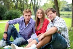 Groupe heureux d'étudiants Photos stock