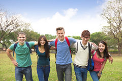 Groupe heureux d'étudiants marchant ensemble Images stock