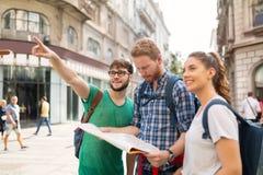 Groupe heureux d'étudiants sur l'aventure Image stock