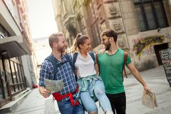 Groupe heureux d'étudiants sur l'aventure Photos libres de droits