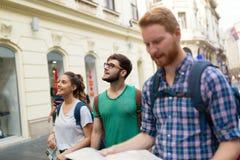 Groupe heureux d'étudiants sur l'aventure Photos stock