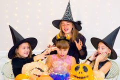 Groupe heureux d'adolescents dans des costumes pendant la partie de Halloween Images stock