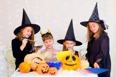 Groupe heureux d'adolescents dans des costumes se préparant à Halloween Photo stock