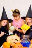 Groupe heureux d'adolescents dans des costumes se préparant à Halloween Photo libre de droits