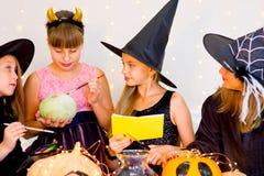 Groupe heureux d'adolescents dans des costumes se préparant à Halloween Photographie stock