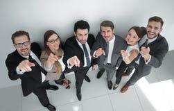 Groupe heureux d'affaires se dirigeant à l'appareil-photo Photo stock