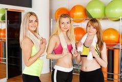 Groupe heureux d'amies posant dans le centre de fitness Photographie stock