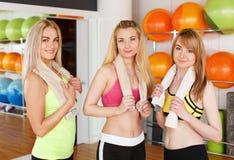 Groupe heureux d'amies posant dans le centre de fitness Photo libre de droits