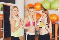 Groupe heureux d'amies posant dans le centre de fitness Photos stock