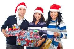 Groupe heureux d'amis avec des cadeaux de Noël Photos stock
