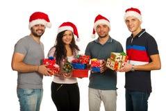 Groupe heureux d'amis avec des cadeaux de Noël Photo libre de droits