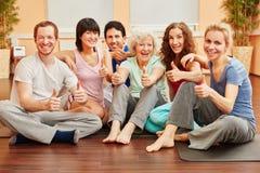Groupe heureux d'amis avec des pouces Images libres de droits