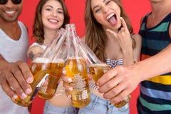 Groupe heureux d'amis avec la position de bière d'isolement Photographie stock