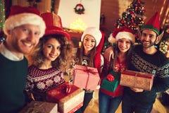 Groupe heureux d'amis célébrant Noël Photographie stock