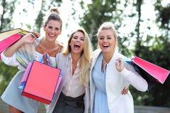 Groupe heureux d'amis faisant des emplettes dans la saison d'automne Photos stock