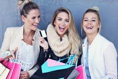 Groupe heureux d'amis faisant des emplettes dans la saison d'automne Photographie stock