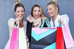 Groupe heureux d'amis faisant des emplettes dans la saison d'automne Images stock
