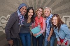 Groupe heureux d'amis posant ensemble Image libre de droits