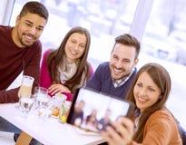 Groupe heureux d'amis prenant un selfie Images stock