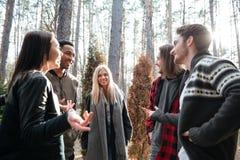 Groupe heureux d'amis se tenant dehors dans la forêt Image libre de droits
