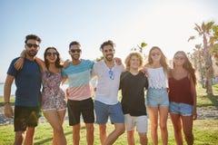 Groupe heureux d'amis se tenant ensemble dehors Image libre de droits