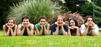 Groupe heureux d'amis souriant à l'extérieur Photographie stock