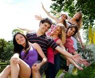 Groupe heureux d'amis souriant à l'extérieur Image libre de droits