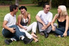 Groupe heureux d'amis souriant à l'extérieur Photo libre de droits