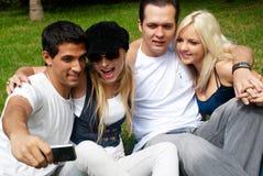 Groupe heureux d'amis souriant à l'extérieur Images stock