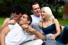 Groupe heureux d'amis souriant à l'extérieur Images libres de droits