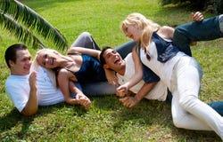 Groupe heureux d'amis souriant à l'extérieur Photo stock