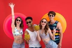 Groupe heureux d'amis tenant les anneaux de cocktail et en caoutchouc Images libres de droits