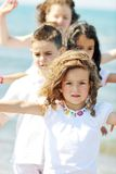 Groupe heureux d'enfant jouant sur la plage Images libres de droits