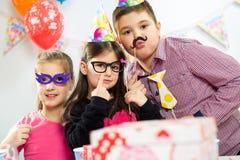 Groupe heureux d'enfants ayant l'amusement à la fête d'anniversaire Photo libre de droits
