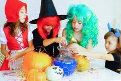 Groupe heureux d'enfants dans des costumes pendant la partie de Halloween Photo libre de droits
