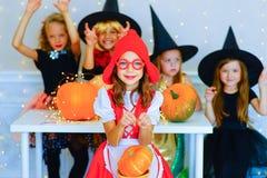 Groupe heureux d'enfants dans des costumes pendant la partie de Halloween Images libres de droits