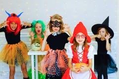 Groupe heureux d'enfants dans des costumes pendant la partie de Halloween Image stock