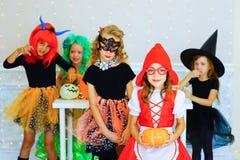 Groupe heureux d'enfants dans des costumes pendant la partie de Halloween Image libre de droits