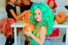 Groupe heureux d'enfants dans des costumes pendant la partie de Halloween Photos libres de droits