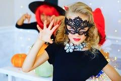 Groupe heureux d'enfants dans des costumes pendant la partie de Halloween Photo stock