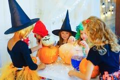 Groupe heureux d'enfants dans des costumes se préparant à Halloween Photographie stock