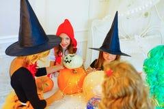 Groupe heureux d'enfants dans des costumes se préparant à Halloween Photo libre de droits