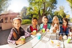 Groupe heureux d'enfants internationaux buvant du thé Images libres de droits