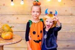 Groupe heureux d'enfants pendant la partie de Halloween Photo libre de droits