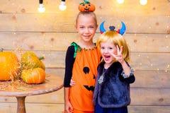 Groupe heureux d'enfants pendant la partie de Halloween Image stock
